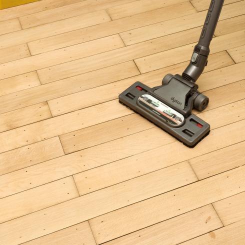 Hoe een houten vloer vernissen?