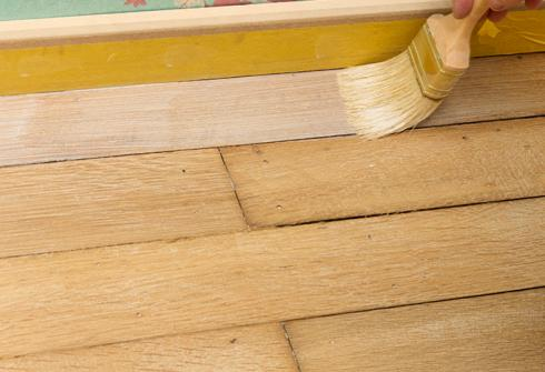 Een houten vloer vernissen