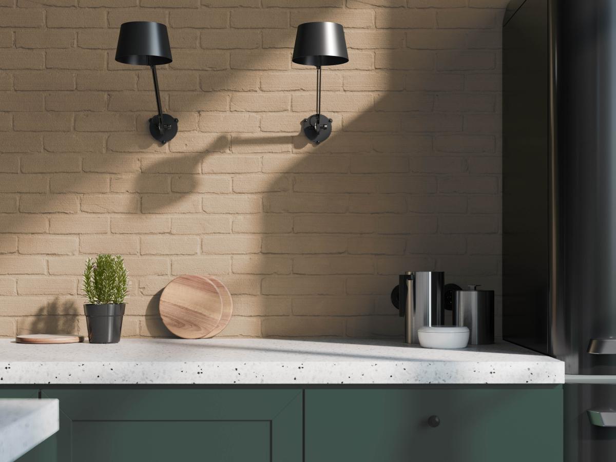 Korrelverf op bakstenen muren schept levendig contrast met de strak gelakte keukenkasten