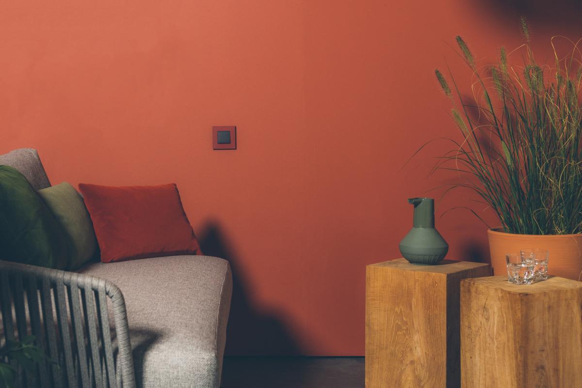 Creëer een knusse woonkamer met een diepe donkeroranje verfkleur
