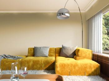 Warme goudkleurige seventies geïnspireerde sofa brengt dit interieur tot leven.