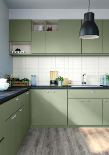 Schilder je oude keukenkasten in een zacht olijfgroen en de tegels in een fris wit voor een nieuwe look