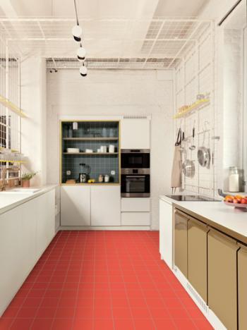 Een opvallend koraalrode vloer geeft energie aan de keuken