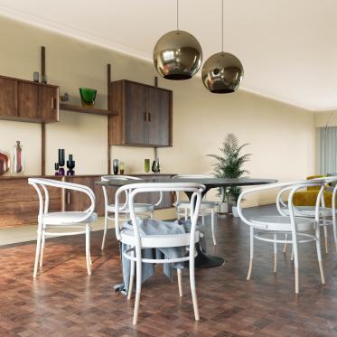 Donker hout contrasteert harmonieus met de warme crème kleur op de muren.