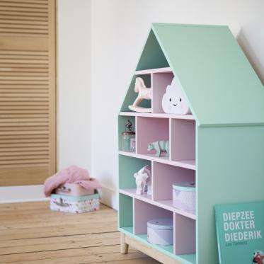 Een poppenhuis schilderen in groen en roze