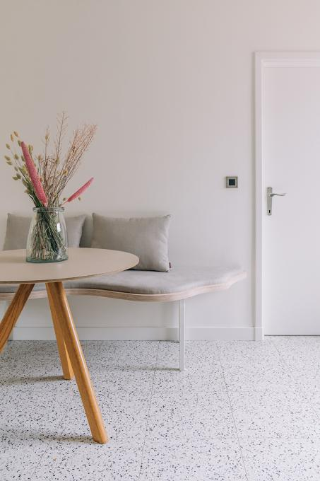 Verf je muur en deur in eenzelfde kleur en creëer een tijdloos canvas in je eetkamer