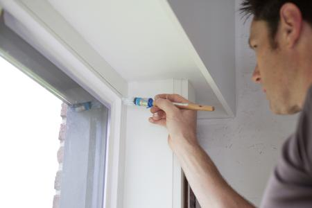 Houten ramen binnen schilderen