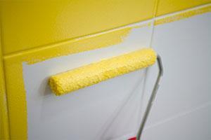 Faience tegels schilderen in de badkamer