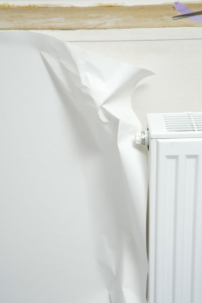 Behangen met vliesbehang: hoeken en kantjes lijm je in met een borstel